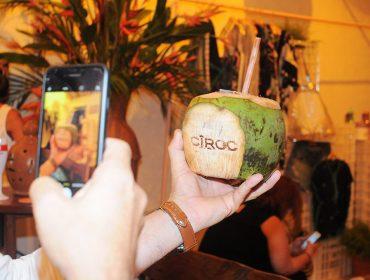 Drink do verão é servido no coco e Glamurama entrega a receita. Delícia!