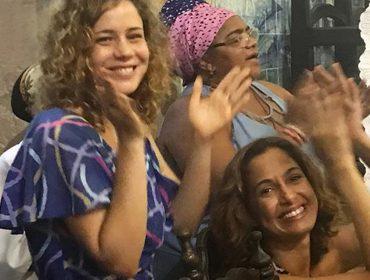 Regina Casé teve companhia estrelada durante uma das missas mais tradicionais de Salvador