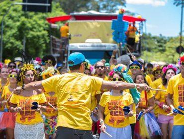 """Monobloco chega à maioridade e vai para as ruas com """"Amor de Carnaval"""" de Moraes Moreira"""