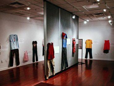 Engajada, exposição na Bélgica mostra roupas usadas por mulheres que sofreram abusos sexuais