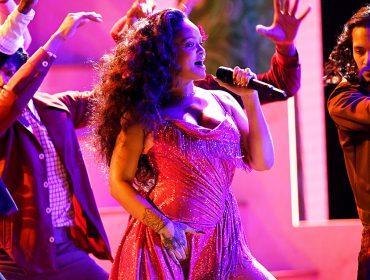 Rihanna brilha no Grammy com vestido pink bordado com mais de 275 mil cristais
