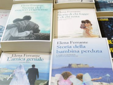 """Sucesso mundial, a escritora Elena Ferrante leva seus mistérios para o """"The Guardian"""""""