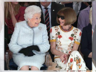 Elizabeth II aparece de surpresa na Semana de Moda de Londres e assiste desfile ao lado de Anna Wintour