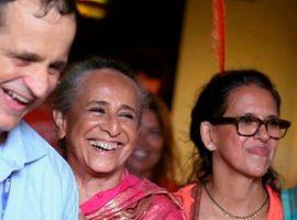 Maria Bethânia e Gilda Midani são só sorrisos em noite de desfiles na Sapucaí