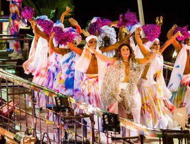 Daniela Mercury e dançarinos têm figurinos grafitados em pleno desfile