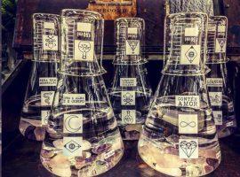 Lá em Casa: toque místico com os frascos de vidro e cristais da Lab
