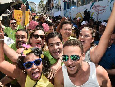 ACM Neto se joga na pipoca do Alavontê no Carnaval de Salvador
