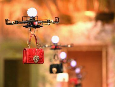 Bolsas são apresentadas por drones na semana de moda de Milão