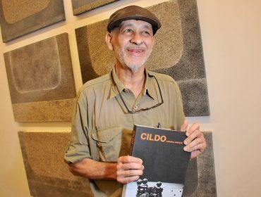 Cildo Meireles recebe amigos na galeria Luisa Strina para lançamento de seu novo livro