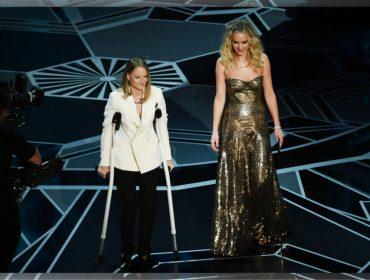 Não foi culpa da Meryl! Jodie Foster faz piada sobre muletas no Oscar e revela o motivo do machucado