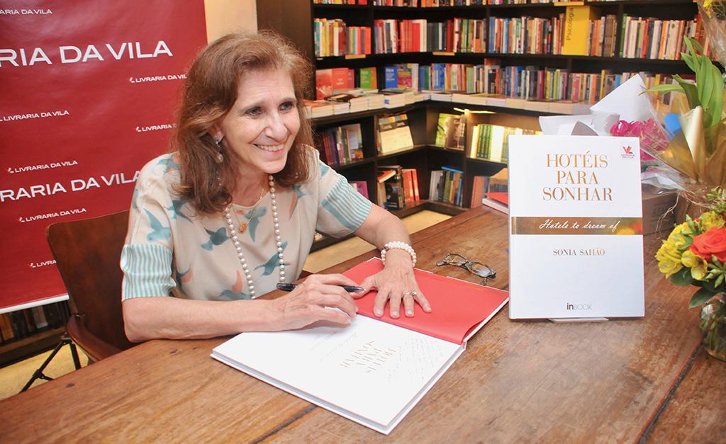 """A noite de autógrafos do livro """"Hotéis para sonhar"""" de Sonia Sahão em São Paulo. Vem ver!"""