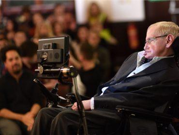 """O novo Einstein? Assim como o físico alemão, Stephen Hawking deverá """"faturar"""" milhões no além-túmulo"""