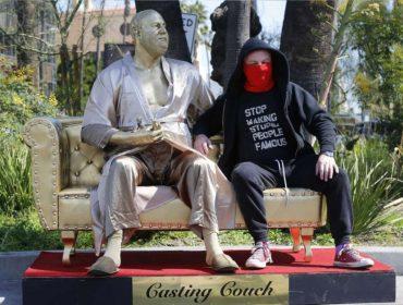 Estátua de Harvey Weinstein segurando Oscar em gesto fálico é colocada na Calçada da Fama