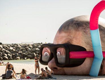 Escultura gigante atrai turistas na praia com maior índice de ataques de tubarão da Austrália
