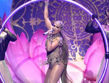Em ritmo de funk, J.Lo lança clipe e põe derrière pra jogo aos 48 anos