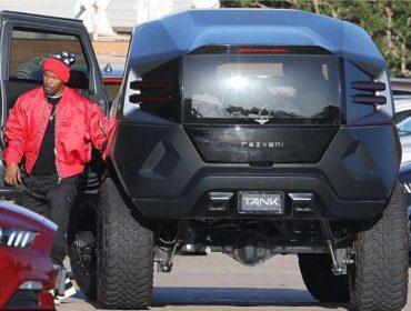 Rolezinho básico: Jamie Foxx é visto dirigindo carro de quase R$ 650 mil que imita tanque de guerra