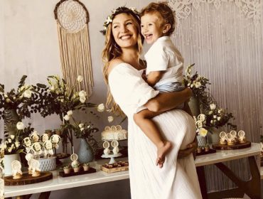 Candice Swanepoel arma chá de bebê e revela sexo do segundo filho