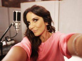 Ivete Sangalo encomenda look soltinho e curto para primeiro show pós licença-maternidade