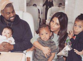 Foto em jatinho da família mostra Kanye sorridente, Kim e os três filhos em momento relax…