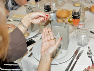 Gift de Hector Albertazzifez a alegria das convidadas do almoço de Dia das Mães do Glamurama