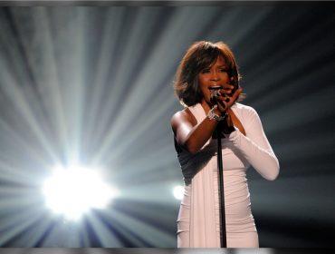 Em novo doc, assistente e irmão de Whitney Houston afirmam que a cantora foi molestada na infância