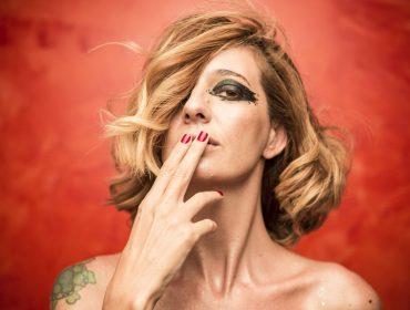 """Letrux explora pegada pop e divertida em clipe performático de """"Flerte Revival"""""""