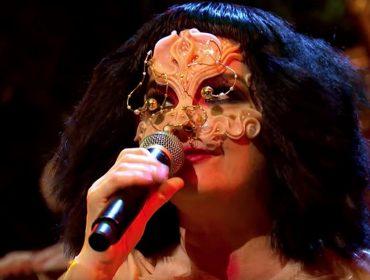 Björk se apresenta na TV pela primeira vez em oito anos e performance emociona