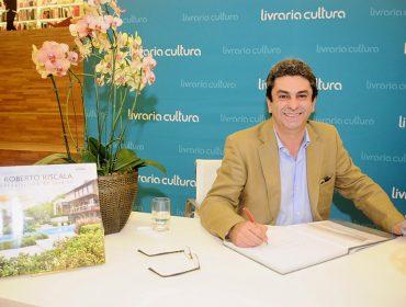 """A noite de autógrafo do livro  """"Arquitetura de Jardins"""" do paisagista Roberto Riscala"""