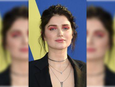 """Filha de Bono """"trola"""" fã que ensaiou dormir no show que o líder do U2 fez em NY na segunda"""