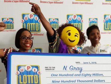 Jamaicana que ganhou R$ 5,3 mi na loteria foi buscar o prêmio usando máscara de emoji