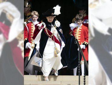 Elizabeth II faz história de novo e dá toque futurista em traje clássico da monarquia