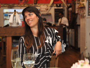 Elisa Stecca comemorou aniversário com jantar ao lado dos amigos
