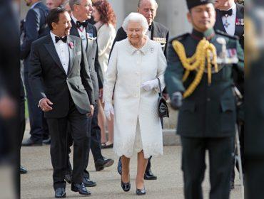 Keep calm and segue o baile: saiba porque a rainha Elizabeth II se recusa a fazer cirurgia nos joelhos