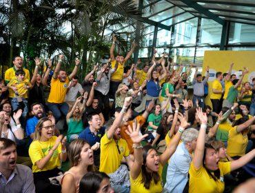 Turma de glamurettes vibrou com a vitória do Brasil na Arena Placar UOL