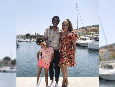 Em miniférias com a família, Beyoncé elege vestido romântico com estampa étnica