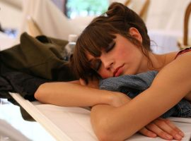 Truquinhos de beleza para garantir mais cinco minutos de sono. Que tal?