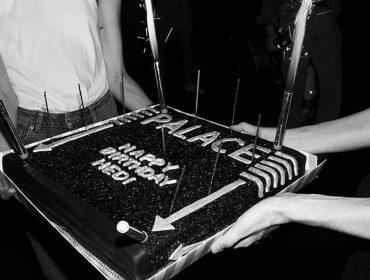 Por dentro da festa de aniversário surpresa de 50 anos de Hedi Slimane