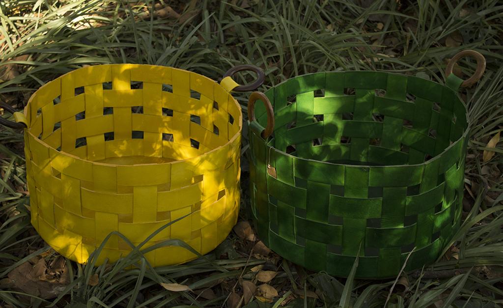 b2f8966d004 Lá em Casa  profusão de cores com os cestos tramados de couro ...
