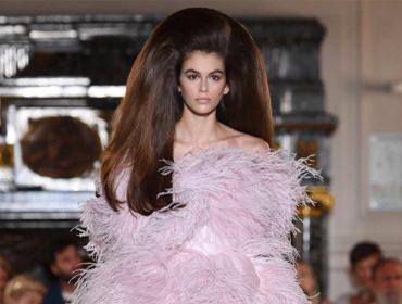 Kaia Gerber rouba a cena em Paris com penteado que levou mais de 20 horas para ser feito