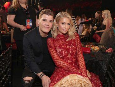 Noivos há 7 meses, Paris Hilton e Chris Zylka adiam a data de seu casamento. O motivo?
