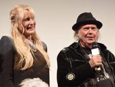Daryl Hannah e Neil Young, juntos desde 2014, se casaram no último sábado