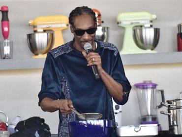 Astro de programa culinário com Martha Stewart, Snoop Dogg vai lançar livro de receitas