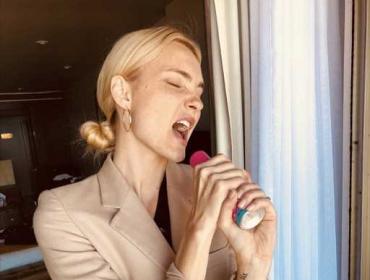 """Carol Trentini: """"Estou sempre escondida atrás daquelas revistas"""". Já cantando na TV… """"Estou despida"""""""