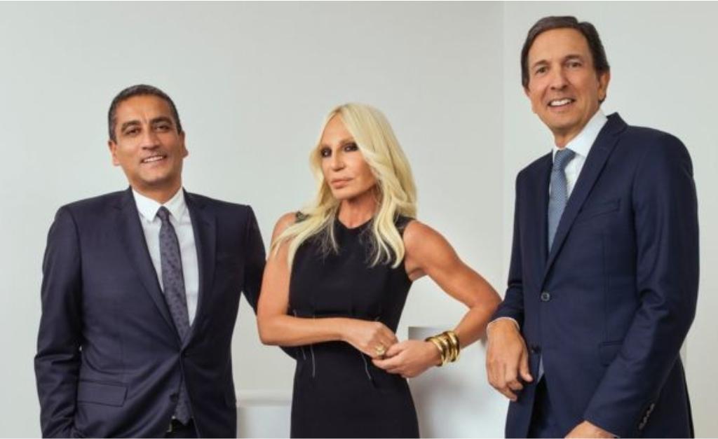 deb69519d0ddf Donatella Versace entre os executivos Jonathan Akeroyd (esquerda) e John  Idol
