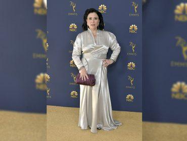"""Alex Borstein, de """"Maravilhosa Sra. Maisel"""", vai ao Emmy com o próprio vestido de casamento. Oi?"""