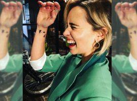 Emilia Clarke mostra tatuagem que fez para nunca esquecer de sua personagem em Game of Thrones