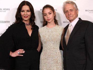 """Filha de Catherine Zeta-Jones e Michael Douglas estreia no showbiz: """"Pensei que meu pai era fabricante de panquecas"""""""