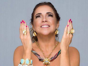 Daniela Mercury vai dar pivô em passarela na capital baiana… E coberta de joias!
