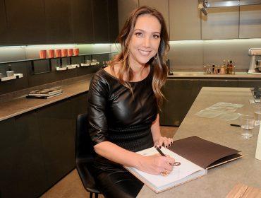 Deborah Roig pilota sessão de autógrafos no lançamento do livro 'Casas de sonho'