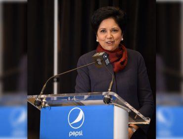 """Em seu último dia como CEO da PepsiCo, Indra Nooyi aproveita para """"cutucar"""" a Coca-Cola"""